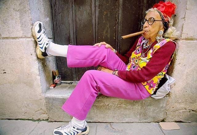 vieille cubaine fumant cigare